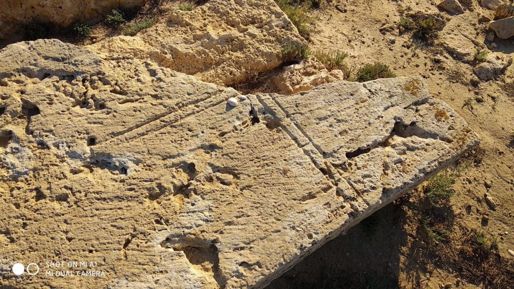 צלב או פטיש וזווית בנאים? - בית הקברות הצלבני - צילום: אפי אליאן