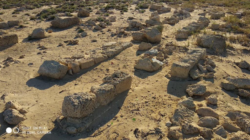 שרידי קברים שונים בבית הקברות הצלבני עתלית - צילום: אפי אליאן
