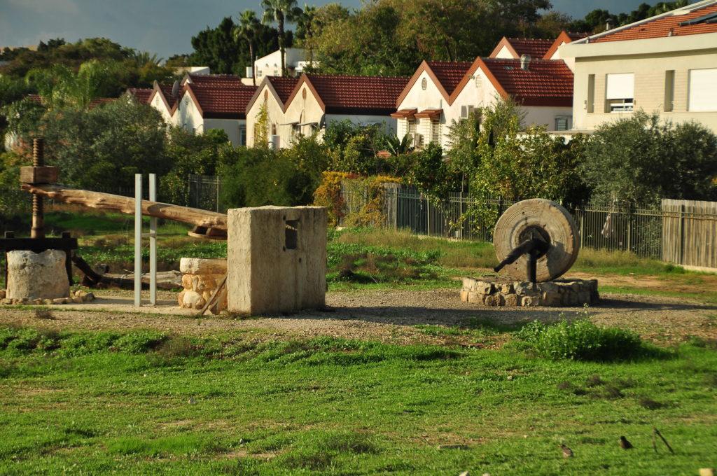 הבתים מסביב לגן הארכיאולוגי כפר סבא - צילום: היסטוריה על המפה