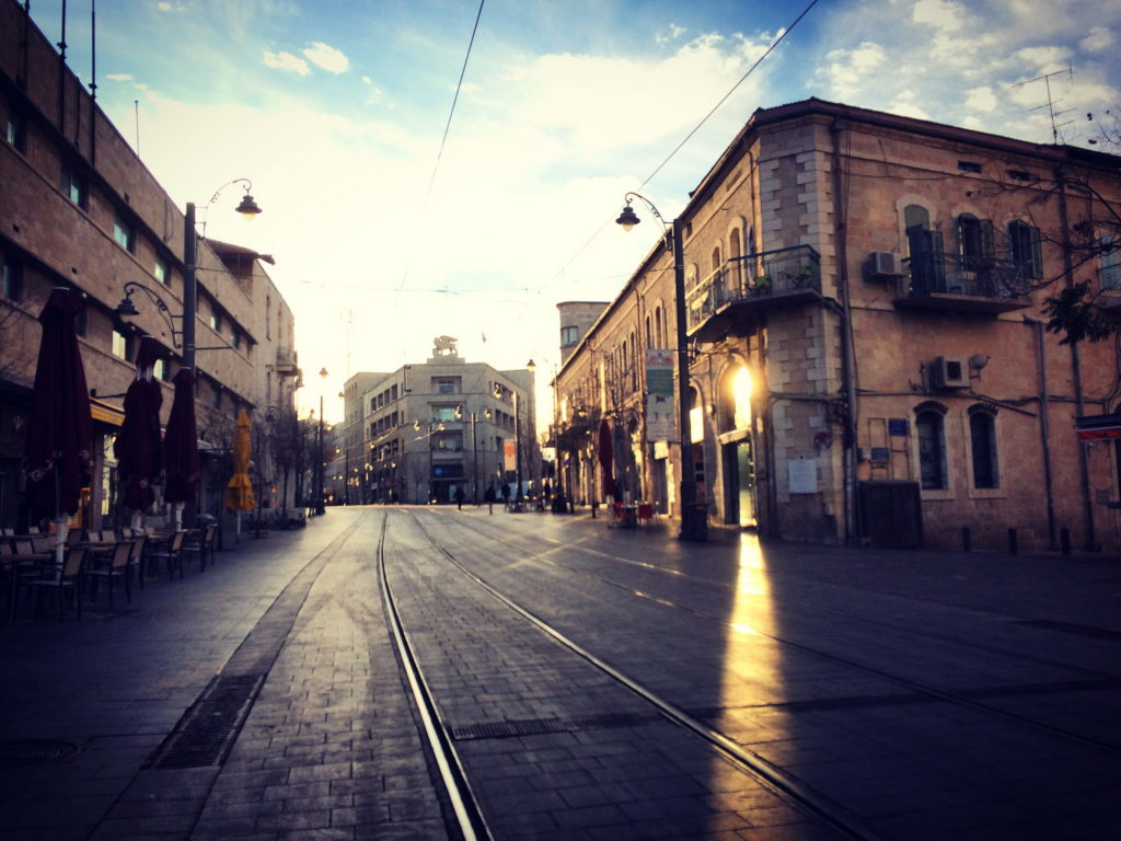רחוב יפו וברקע בניין ג'נרלי - צילום: Morany84