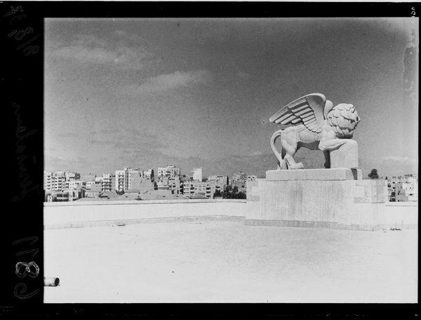 מראה כללי מגג בניין ג'נרלי, על רקע פסל האריה, ירושלים, 1937 - אוסף תצלומים של זולטן קלוגר