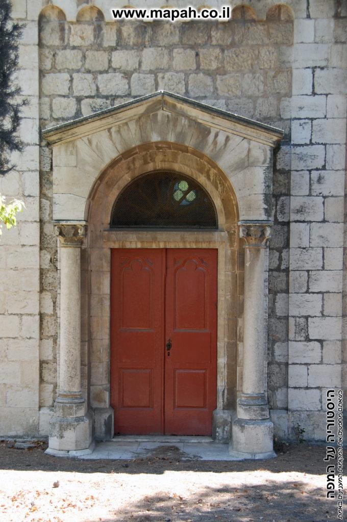 דלת הכניסה הצדדית לבית העם הטמפלרי (אינה בשימוש) - צילום: אפי אליאן