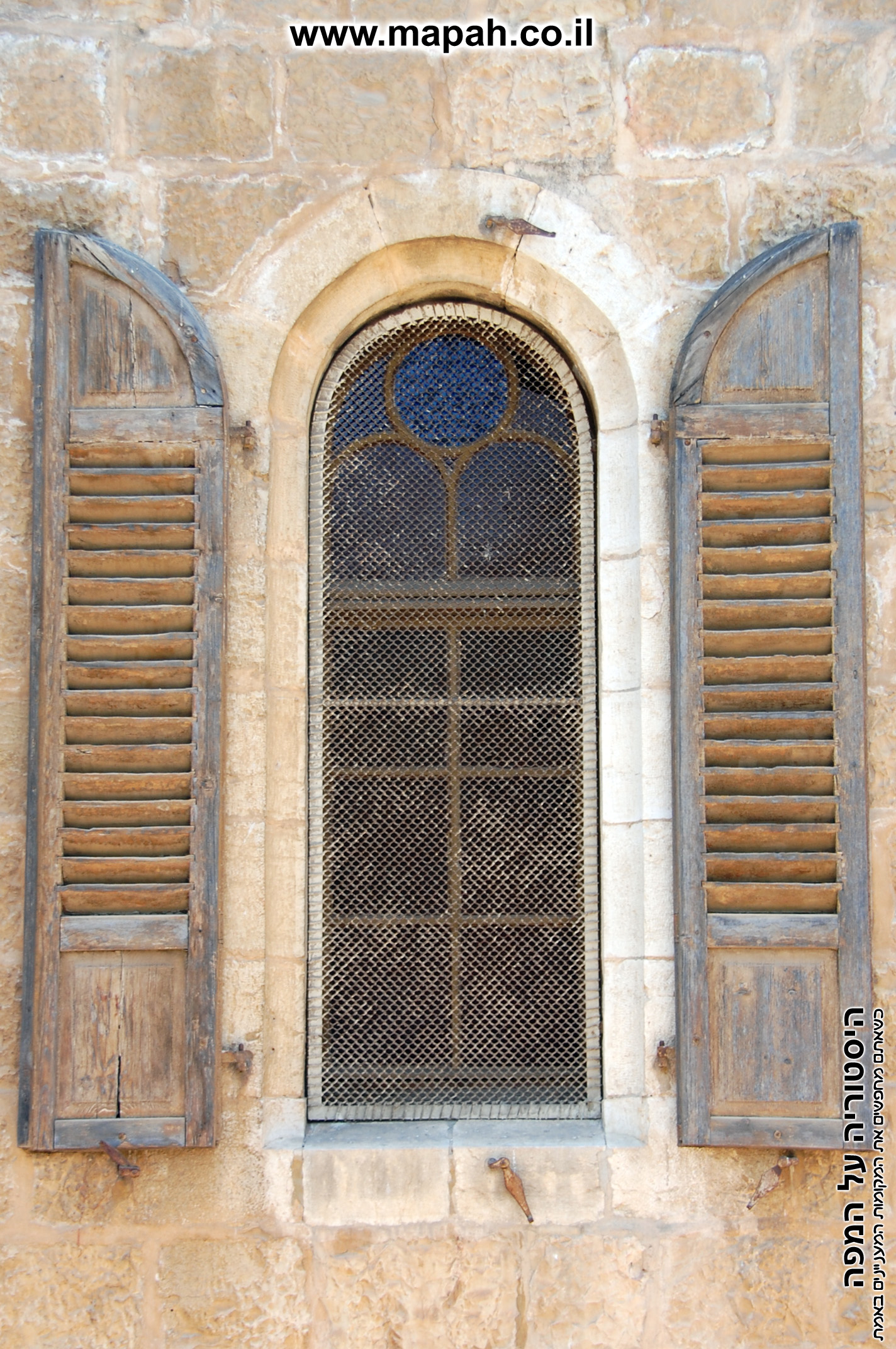 חלון בעל כנפות עץ מקוריים בבית העם הטמפלרי ירושלים - צילום: אפי אליאן