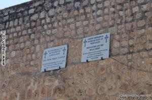 שילוט על קיר חיצוני במנזר המצלבה - צילום: אפי אליאן