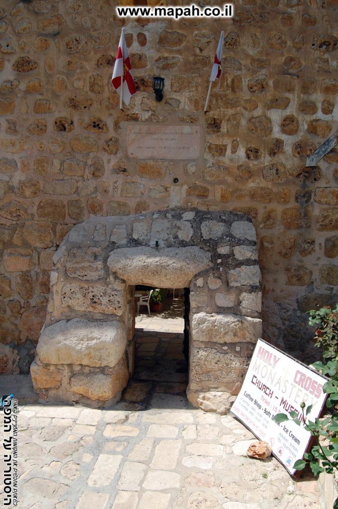 פצי הכניסה צר ונמוך על מנת להקשות על כניסת אורחים לא רצויים - מנזר המצלבה - צילום: אפי אליאן
