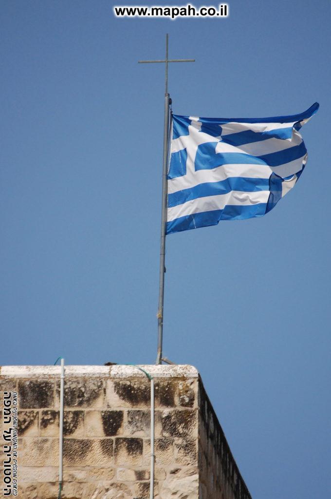 דגל על מגדל הפעמונים במנזר המצלבה - צילום: אפי אליאן