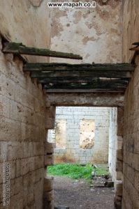 שרידי כלונסאות עץ ששימשו כרצפת הקומה השניה בארמון האמיר - צילום: אפי אליאן