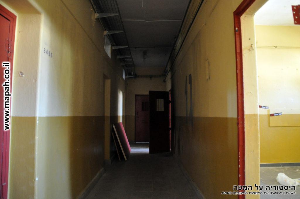 מסדרון מכניסה ראשית שמאלה - צילום: אפי אליאן