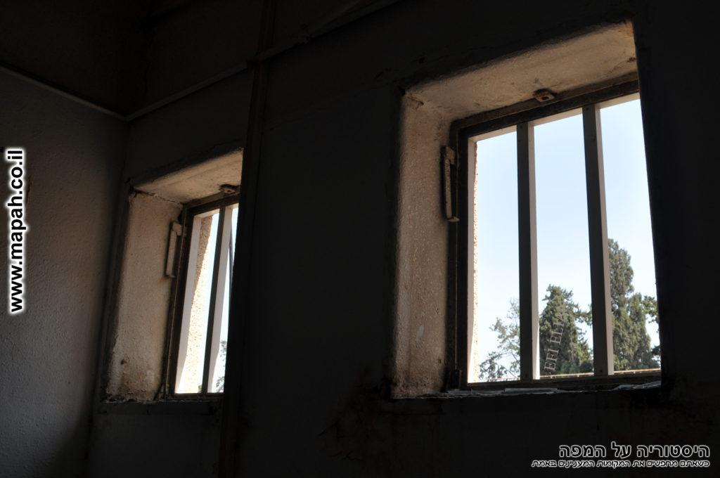 חלונות קומה שניה צפונית משטרת סרפנד - צילום: אפי אליאן