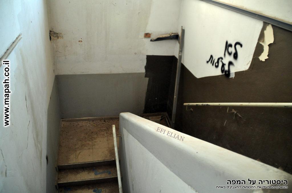 גרם המדרגות לקומה השניה דופן צפונית מערבית משטרת סרפנד - צילום: אפי אליאן