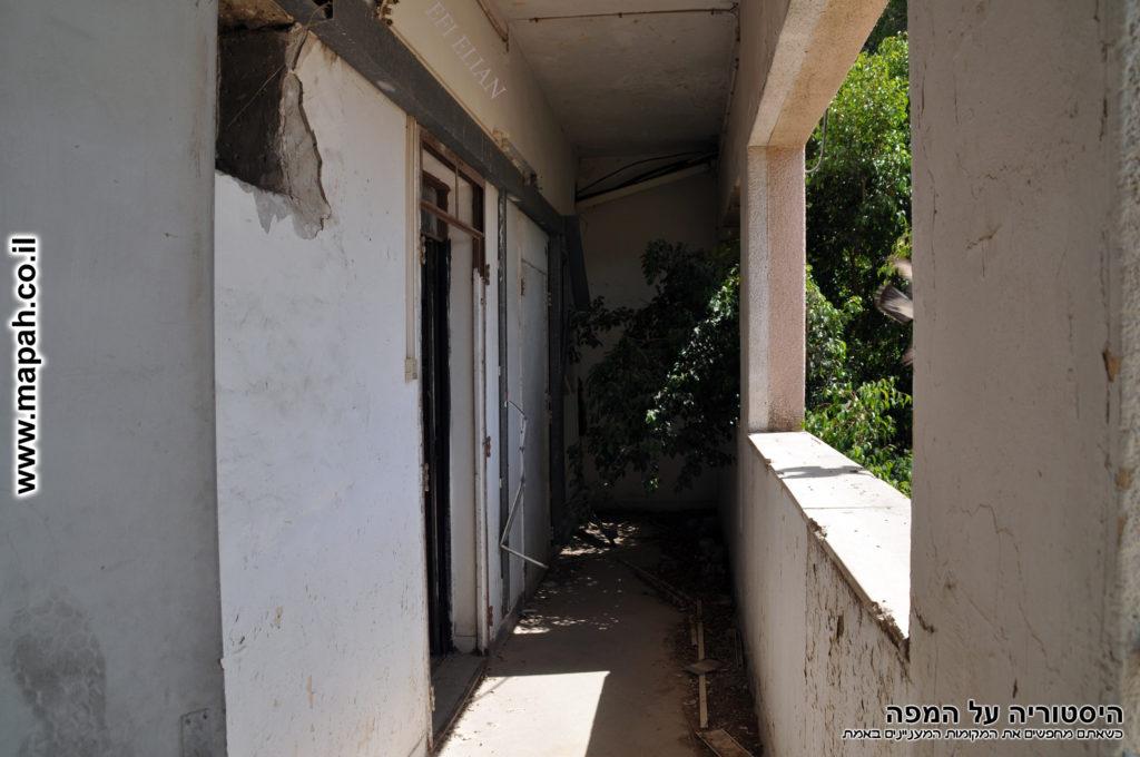 מרפסות הקומה השניה בצד המערבי אשר שימשו כחלק מדירות המגורים בתחנת המשטרה - צילום: אפי אליאן