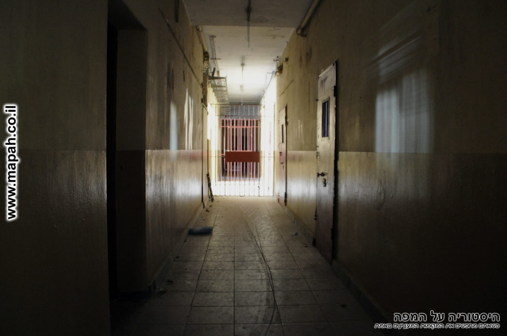 המסדרון של חזית המבנה (מערב) המובילה לחדר היומנאי בכניסה - משטרת סרפנד - צילום: אפי אליאן