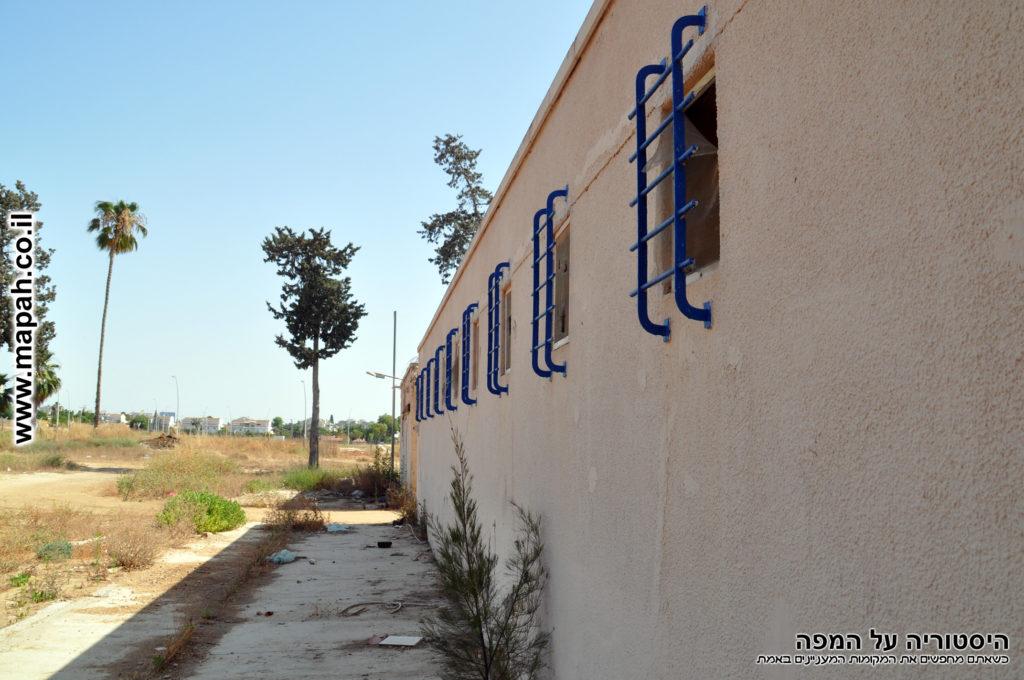 הקיר החיצוני של אורוות הסוסים / חדר האוכל בסיס פקע