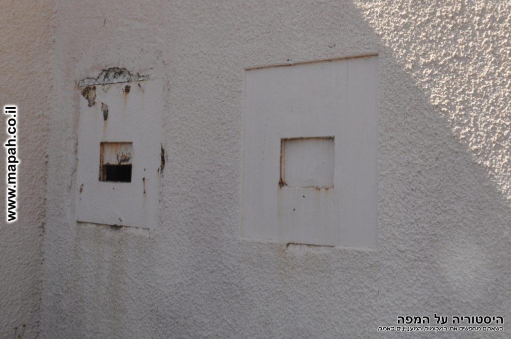 חרכי הירי בקומת הקרקע של המבנה - צילום: אפי אליאן