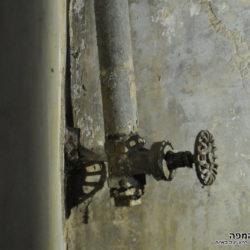 ברז וצנרת ישנה במרתף המגדל המשני - צילום: אפי אליאן
