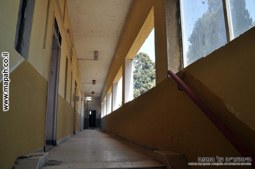 פרוזדור הקומה השניה בצד הדרומי של משטרת סרפנד אלחרב - צילום: אפי אליאן