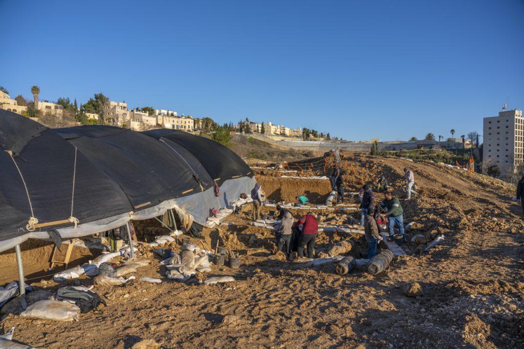 חפירת רשות העתיקות במורדות ארנונה. צילום: יניב ברמן