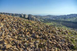 גל האבנים המסתורי מתקופת הבית הראשון באתר החפירה בארנונה. צילום: יניב ברמן