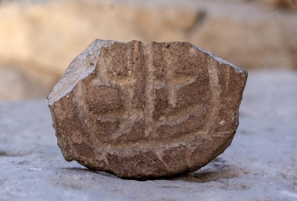 חותם עשוי שבר כלי חרס גדול מהתקופה הפרסית. צילום: שי הלוי
