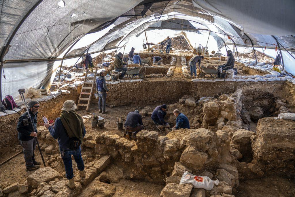 חפירת רשות העתיקות באתר מתקופת בית ראשון בארנונה מגלה שרידי מבנים מרשימים. צילום: יניב ברמן