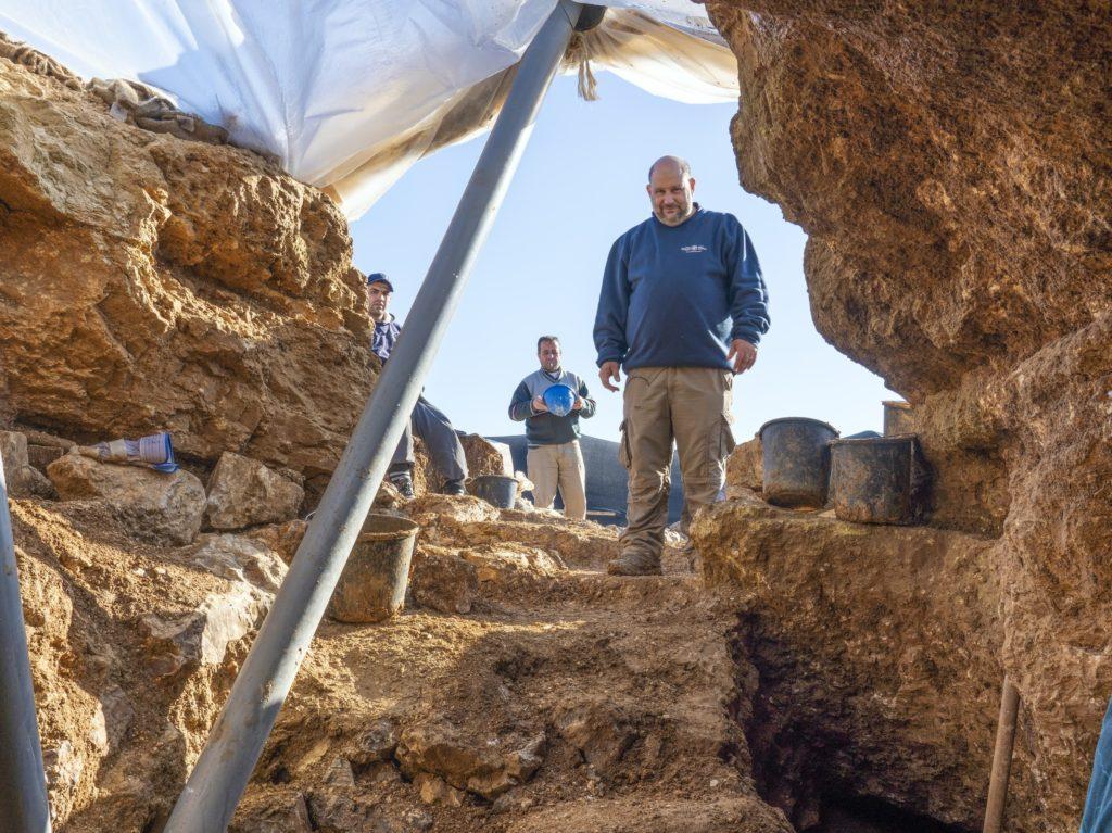 ארכיאולוג רשות העתיקות נתן בן-ארי בחפירה. צילום: יניב ברמן