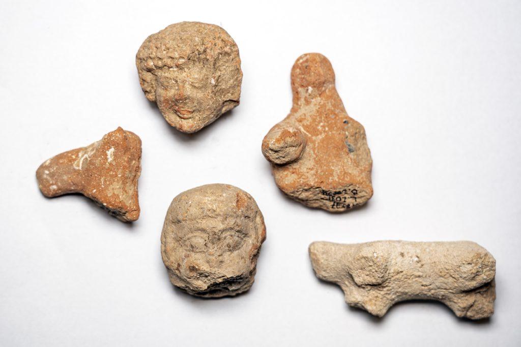 פסלוני חרס בדמות נשים ובעלי חיים שנמצאו באתר. צילום: יניב ברמן