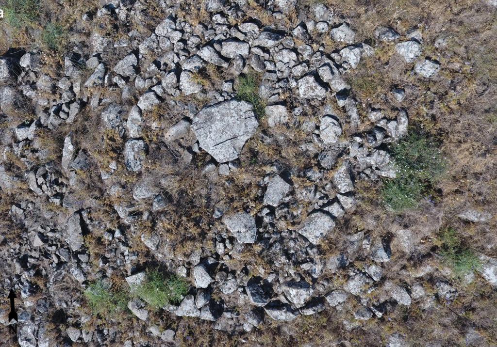 הסלע דמוי הפרצוף האנושי – מבט אוירי על מכסה הדולמן מקריית שמונה. צילום: מיקי פלג