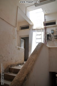 מדרגות בין קומה ראשונה לשניה ועלייה לגג באמצעות סולם - משטרת מטולה - צילום: אפי אליאן