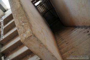 מעבר מדרגות בין קומה ראשונה לשניה בפינה הדרום מערבית משטרת מטולה - צילום: אפי אליאן