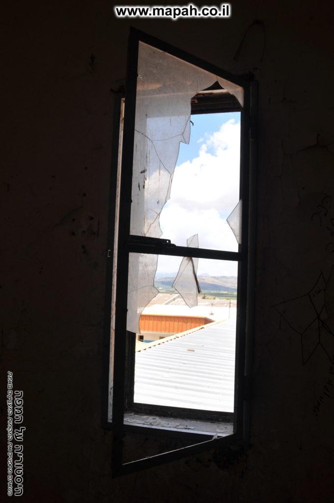 חלון מחדרי הקומה השניה בנין החזית לכיוון צפון - משטרת מטולה