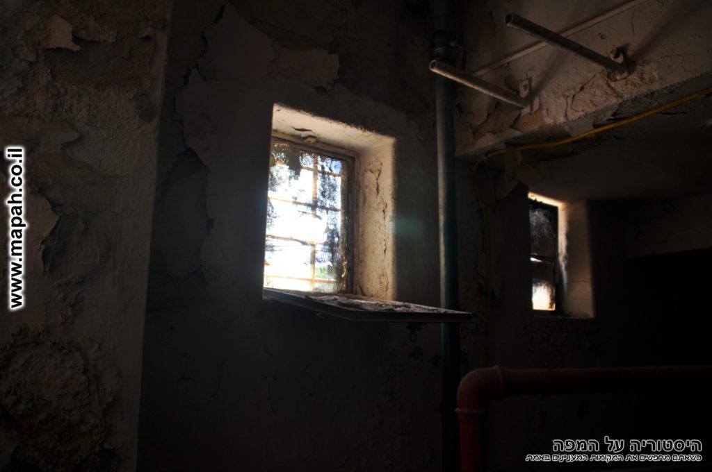 חלונות קטנים מקוריים בחדר המכונות משטרת מטולה - צילום: אפי אליאן