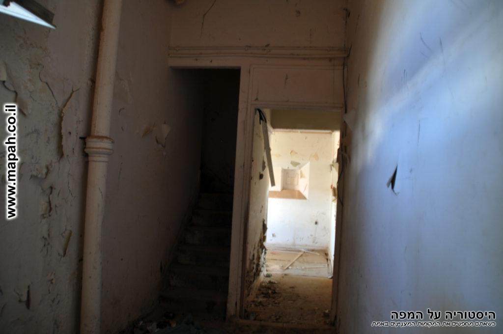 משמאל המדרגות לקומה השניה של המגדל, מימין הכניסה לקומת הקרקע ועמדות הירי - משטרת מטולה