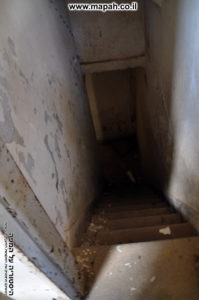 מדרגות למרתף תחת קומת הקרקע של המגדל הגבוה - צילום: אפי אליאן