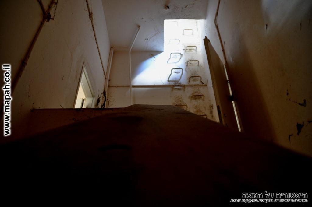 סולם פלדה בקיר המגדל הגבוה - משטרת מטולה - צילום: אפי אליאן