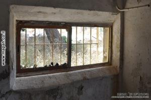 חרכי הירי שנפתחו לחלון הזזה במגדל המשני