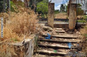 מדרגות ועמודי הכניסה הראשית למשטרת מטולה - מבט מהדלת החוצה