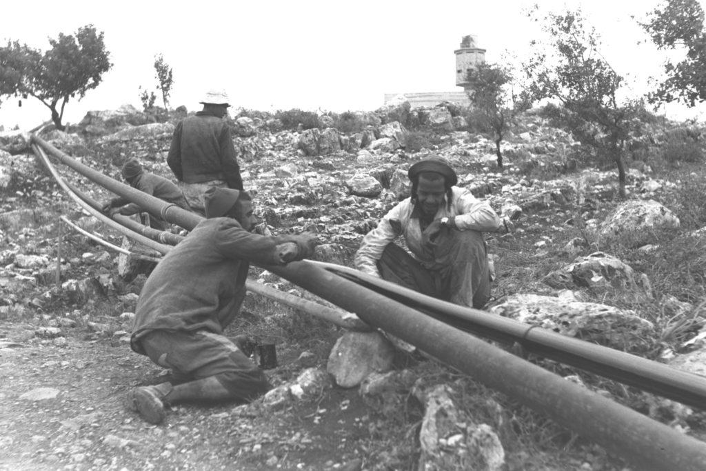 אנשי כפר העבודה פראדיה בעבודות חיבור קו המים - צילום: דוד אלדן - לע