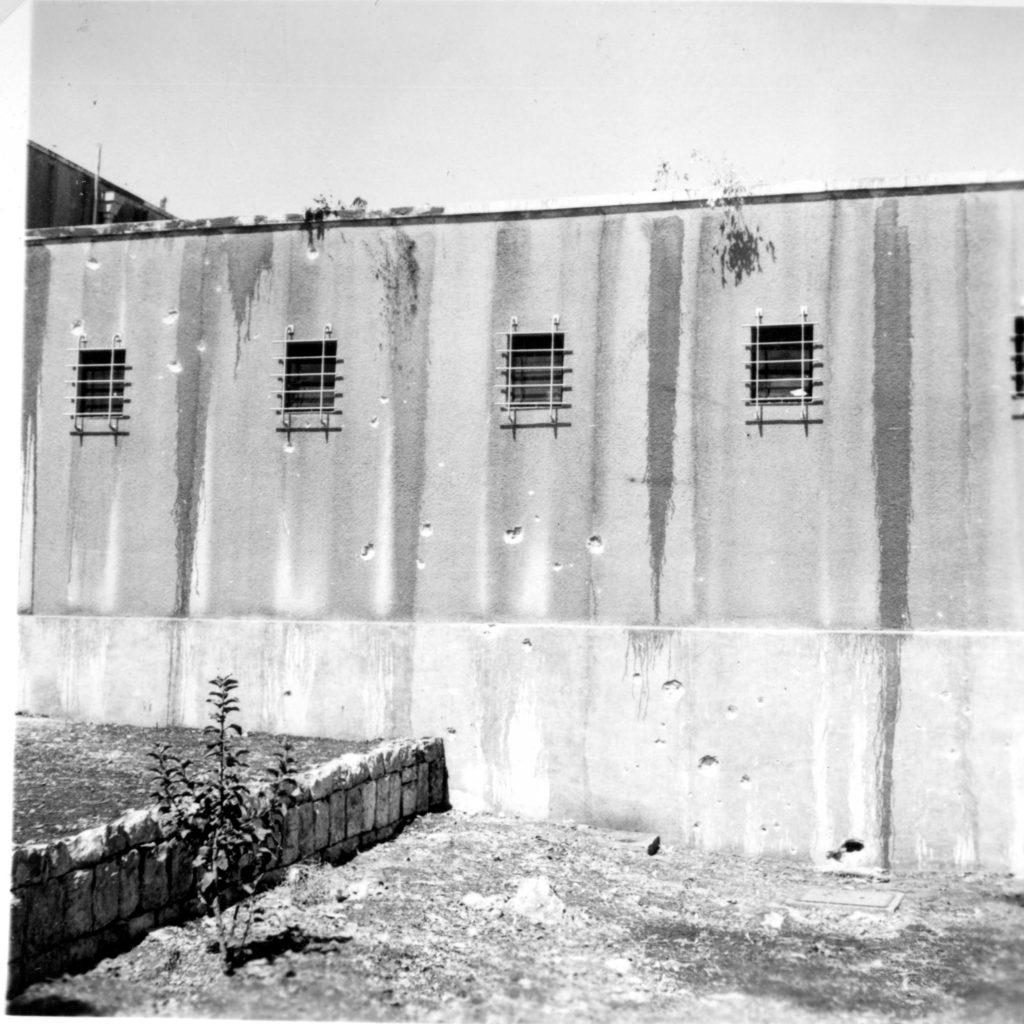 סימני נפילת פגז על דרך הגישה לכניסת כלי רכב לחצר משטרת מטולה 1937 - מקור: גנזך המדינה