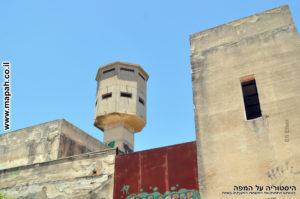 מבנה דו קומתי ובראשו צריח - משטרת פראדיה - צילום: אפי אליאן