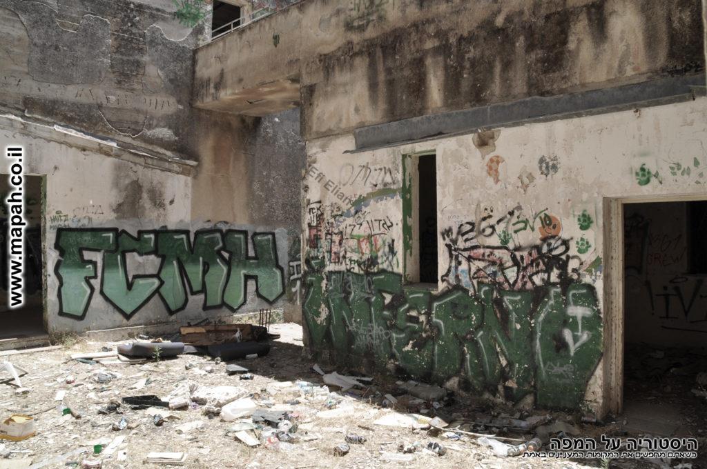 הכניסה לחצר הפנימית וחדר המצברים של משטרת פראדיה - צילום: אפי אליאן