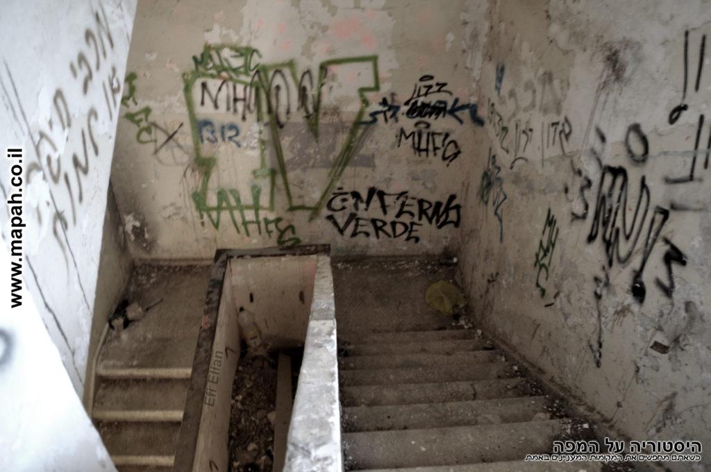גרם המדרגות המוביל לקומה השניה של משטרת פראדיה - צילום:אפי אליאן