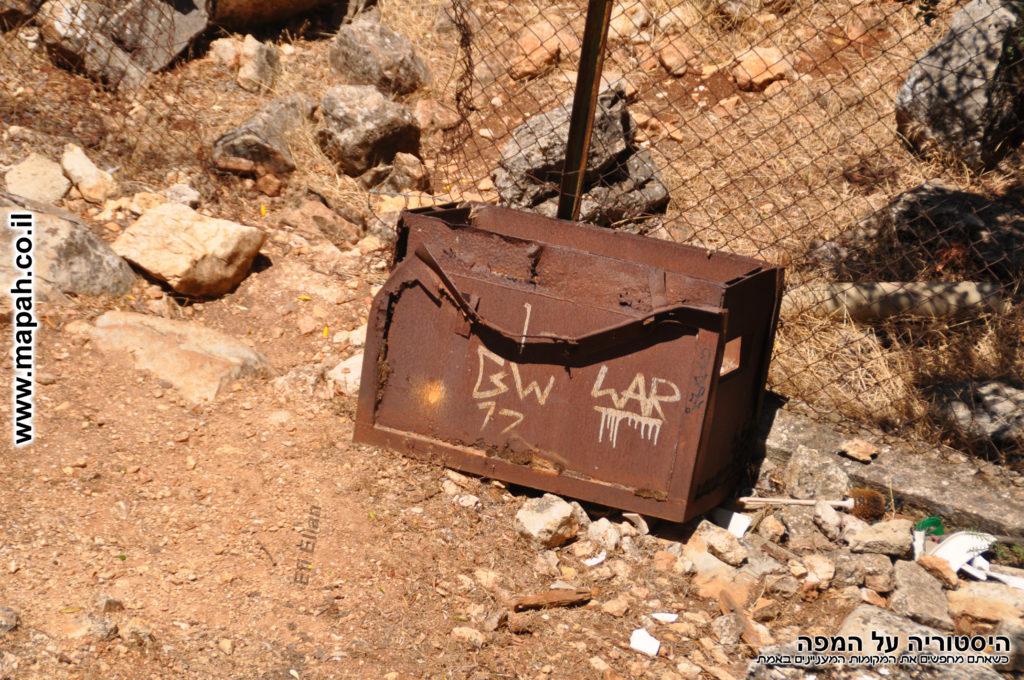 ארגז המתכת שהיה מותקן בקומה השניה דרכו הושלכו רימונים בעת הצורך לעבר התוקפים - צילום: אפי אליאן