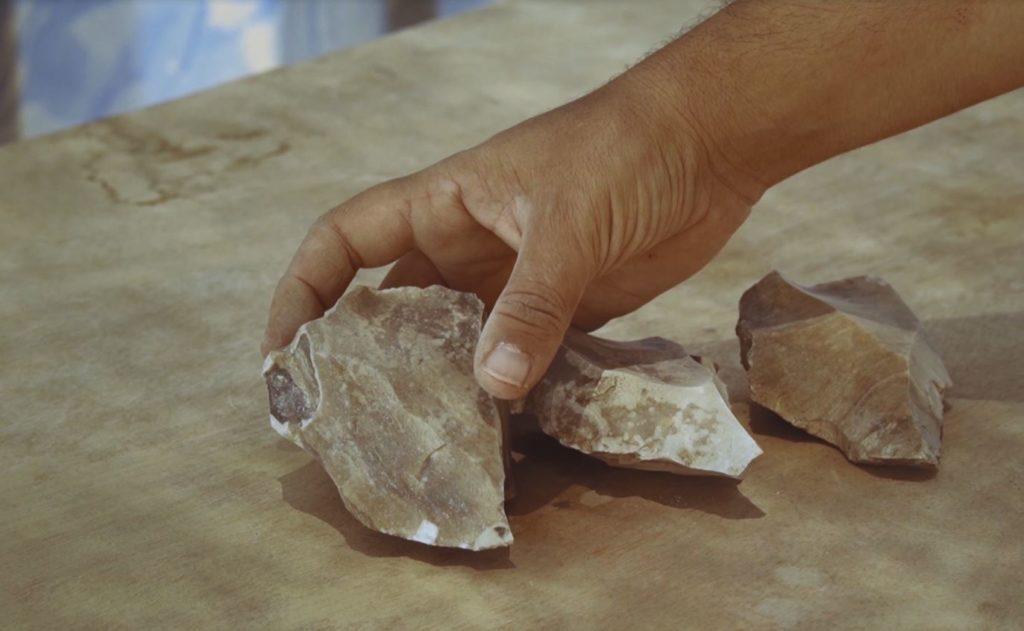 כלי הצור שנחשפו באתר - צילום: אמיל אלג'ם