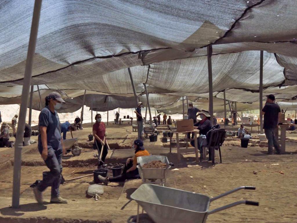 חפירת רשות העתיקות במרכז הארץ. צילום אמיל אלג'ם