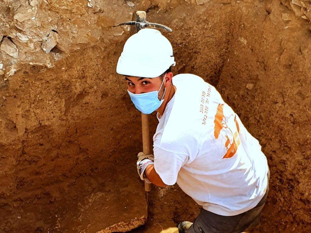 חניך מכינת הנגב בחפירת רהט