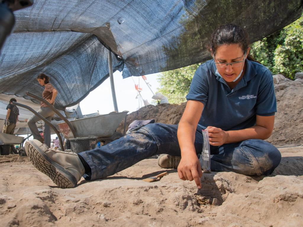 ליאת נדב-זיו, מנהלת החפירה, עם המטמון. צילום: יולי שוורץ