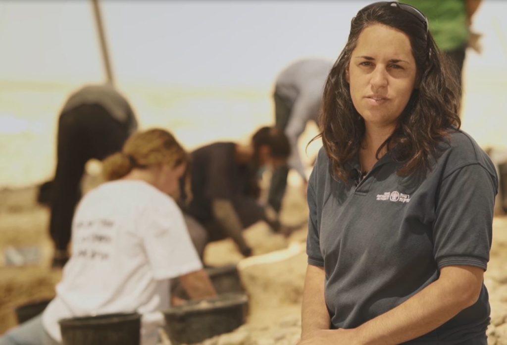 מיה אורון, מנהלת החפירה מטעם רשות העתיקות, באתר החפירה - צילום: אמיל אלג'ם
