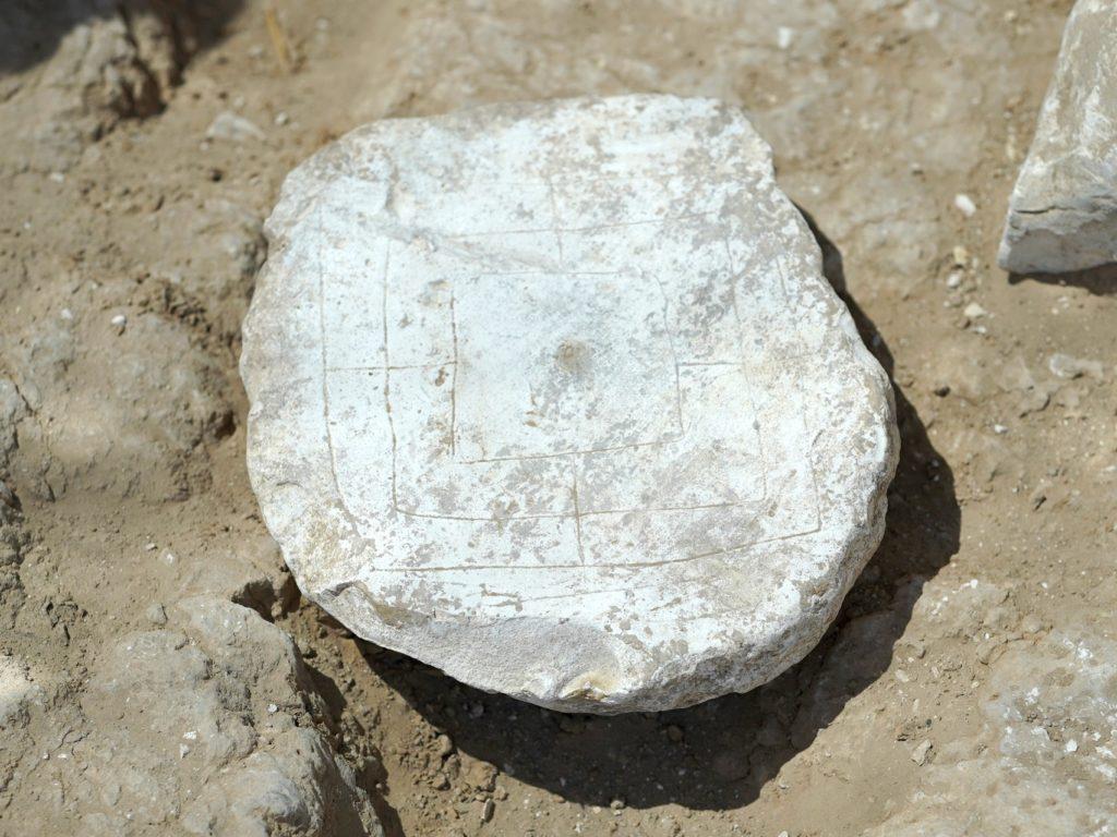 לוח משחק הטחנה חפירת רהט צילום אמיל אלגם רשות העתיקות