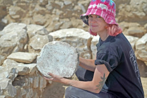 הסטודנטית גני וסיוטין עם משחק הטחנה צילום אמיל אלגם רשות העתיקות