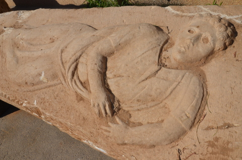 מכסה הסרקופג בעל דמות הגבר בין שריגי הגפן - צילום: רשות העתיקות